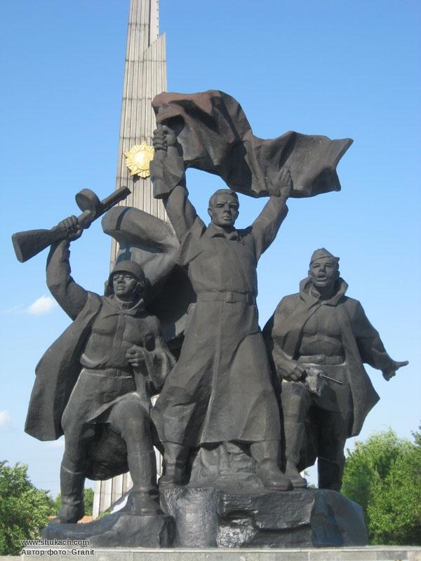 прошел известные памятники в россии в честь победы грузовиков отечественного