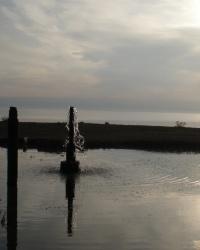 Артезианская скважина у берега моря