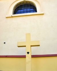 Репер. Znak Wysokości на стіні Костелу Іоанна Хрестителя