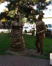 Скульптуры Голохвастову и Проне Прокоповне, г. Черкассы