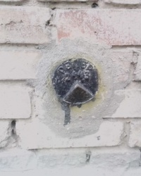 Репер (2443) на будинку № 13/22 по вул. Максима Берлинського, м. Київ