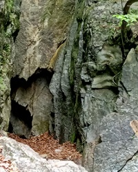 Печера Довбуша (Даж-Божа) в с. Шешори