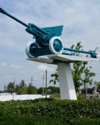 Памятник воинам-артиллеристам (пушка ЗиС-3) в Апостолово