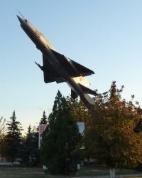 Самолет МиГ-21 на постаменте в Покровском