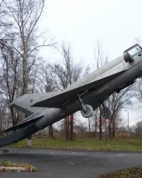 Самолет МИГ-21 на постаменте в Перещепино