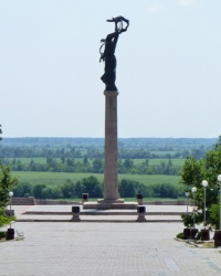 Мемориальный комплекс. Монумент - бронзовая фигура женщины