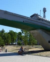 В память о моряках десантниках «Катер на пьедестале»