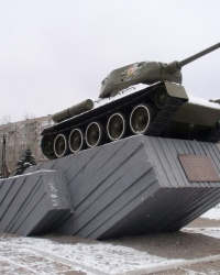 Танк Т-34-85 на постаменте в Днепродзержинске