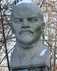 Бюст В.И.Ленина возле Новомосковского колледжа