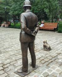 Скульптура английского полицейского Бобби с собачкой в г. Мелитополь