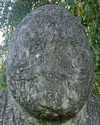 Скульптуры половецких Баб на набережной Днепра