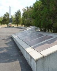 Братская могила и мемориал в с.Конские Раздоры (Пологовский р-н)