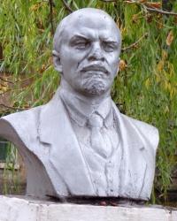 Бюст Маркса и Ленина на станции Кривой Рог-Западный