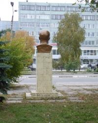 Бюсты героям советской власти Н.И. Пахомова и К.И. Бронзоса в г.Мелитополь