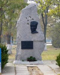 Памятный знак в честь Героя Советского Союза генерал-лейтенанта танковых войск Е.Г. Пушкина