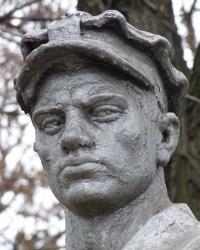 Памятник-сульптура шахтеру в парке г.Красноармейск