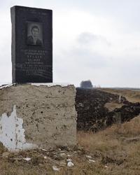Мемориальный знак в честь Прадуна В.П возле пгт.Новгородка