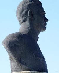 Памятник-бюст Каруне  В. П. (во дворе Кировской школы №2) пгт.Кировское