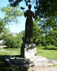 Скульптура «Женщина с голубем» в пгт.Петропавловка