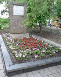 Братская могила с безымянным памятником в городском сквере г.Мариуполь