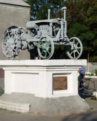 Памятник первым женщинам-трактористкам села Межирич