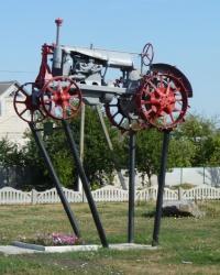 Памятник трактор в с.Лычково (Магдалиновский р-н)
