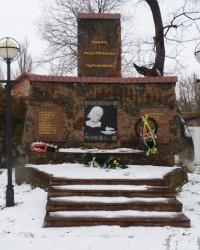 Стела в честь расстрелянных подпольщиков в г.Александрия