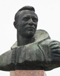 Памятник-бюст летчику-космонавту Леониду Попову в г.Александрия
