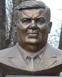 Памятник Бызову.В.Ф.(возле здания главного корпуса КНУ) в г.Кривой Рог