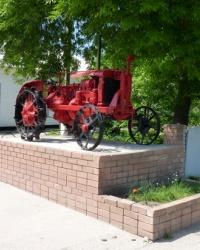 Трактор Универсал на постаменте в пгт.Царичанка