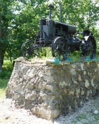 Трактор Универсал на постаменте в с.Маячка (Новосанжарский р-н)