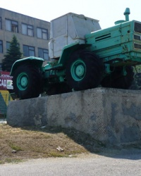 Памятник трактор Т-150 на постаменте в г.Васильевка
