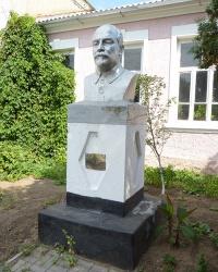 Памятник писателю Луначарскому А.В. в с. Азовское