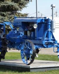 Трактор «Универсал-2» на постаменте в Магдалиновке