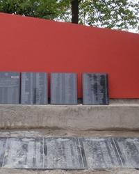 Братская могила и памятник советским воинам в с.Старые Петровцы
