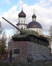 Воинский мемориал (танк Су-100, пушки) в с. Софиевская Борщаговка