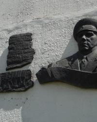 Барельеф маршала авиации И.Н.Кожедуба и аннотационная доска в Чугуеве