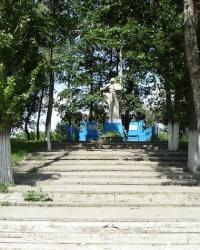 Братская могила cоветских воинов в селе Новокомсомольское