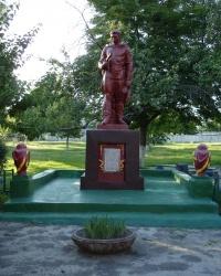 Безымянный памятник во дворе школы-интерната
