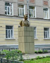 Бюст советского педагога и писателя Антона Семёновича Макаренко