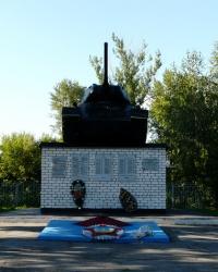 Братская могила cоветских воинов и танк на постаменте в пгт. Белый Колодязь