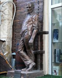 Памятник писателю Эрнесту Хемингуэю в г. Харькове