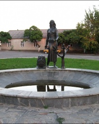 """Скульптурная композиция """"Девушка и лев"""" на привокзальной площади в г. Изюм"""