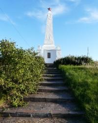 Белый обелиск на горе Кремянец