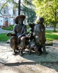 Скульптуры сказочных героев в парке г. Изюм