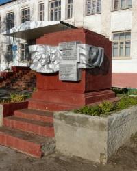 Памятник ученикам и учителям в п. Высокий, погибшим в годы Великой Отечественной войны