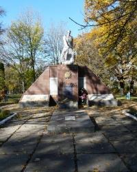 Братская могила воинов в с. Першотравневое (Змиевский  район)