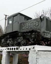Трактор Т-74 на пьедестале во дворе профессионального лицея в г. Перещепино