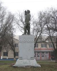 Памятник С.М.Кирову возле машиностроительного завода Горловки