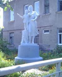 Скульптурная композиция возле д.3 по ул.Свердлова в Славянске